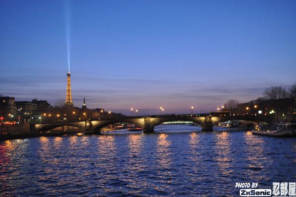 塞纳河游船夜景高清图片